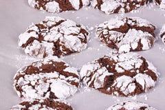 De vers gebakken, eigengemaakte koekjes van de chocoladekreuk op perkament stock afbeeldingen