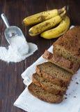 De vers gebakken plakken van het banaanbrood Stock Foto