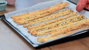 De vers gebakken, rustieke Italiaanse stokken van het grissinibrood Traditionele Italiaanse zoute die breadsticks met papaverzade stock videobeelden