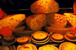 De Verscheidenheden van de kaas op Vertoning Stock Fotografie