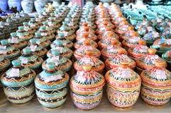 De verscheidenheid van Colorfully schilderde Ceramische Potten Stock Fotografie