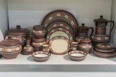 De verscheidenheid van Colorfully schilderde Ceramische Potten in een Openlucht het Winkelen Markt Aardewerk in het winkelvenster royalty-vrije stock afbeeldingen