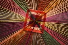 De verscheidenheid van gekleurde garens wordt vervaardigd in decoratieve gordijnen Stock Afbeeldingen