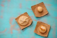 De verscheidenheid van koekjes/koekjes op stukken van karton met houten vlakke wintertalings groene rustieke achtergrond met ruim royalty-vrije stock afbeeldingen