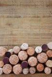 De verscheidenheid van kurkt op houten achtergrond Royalty-vrije Stock Afbeelding