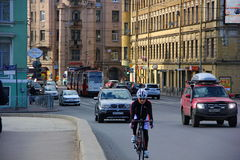 De verscheidenheid van verkeer op de wegen Stock Afbeeldingen
