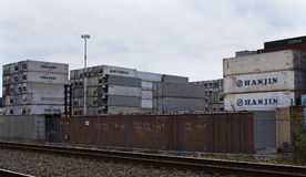 De verschepende containers stapelden omhoog hoog Stock Fotografie
