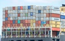De verschepende containers worden georganiseerd en algoritmisch voor efficiënt vervoer geplaatst Stock Foto