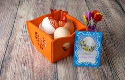 De verschillende decoratie van de paaseierenlijst met prentbriefkaar Royalty-vrije Stock Foto