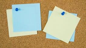 De verschillende die nota's van de kleurenpost-it op cork raad worden gespeld stock foto