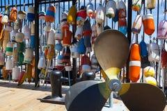 De verschillende helder gekleurde vlotters worden gebruikt aan de potten van de tekenkrab Stock Foto's