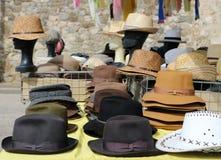 De verschillende hoeden van stijlmensen op een plank van een straatmarkt Voor achtergrond, mannequinhoofden die strohoeden dragen royalty-vrije stock fotografie