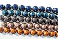 De verschillende kleuren van koffiecapsules op witte geïsoleerde achtergrond royalty-vrije stock afbeelding