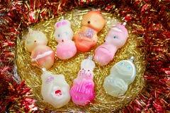 De verschillende kleurrijke dieren van het Kerstmisspeelgoed op een gouden klatergoud stock foto