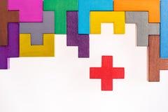 De verschillende kleurrijke vormen houten blokken op beige vlakke achtergrond, leggen Geometrische vormen in verschillende kleure Royalty-vrije Stock Afbeeldingen