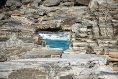 De verschillende lagen van kalksteen schommelen het omringen van de ijzige rivierstroomversnelling in de Abisko-canion Royalty-vrije Stock Fotografie