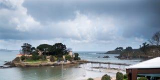 De verschillende meningen van een middeleeuws kasteel, dichtbij het strand en verbinden Royalty-vrije Stock Afbeeldingen