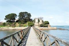 De verschillende meningen van een middeleeuws kasteel, dichtbij het strand en verbinden Stock Afbeelding