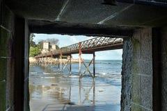 De verschillende meningen van een middeleeuws kasteel, dichtbij het strand en verbinden Royalty-vrije Stock Fotografie