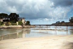 De verschillende meningen van een middeleeuws kasteel, dichtbij het strand en verbinden Stock Foto's