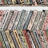 De verschillende oude boeken op de boekenrekken Royalty-vrije Stock Afbeelding