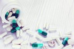 De verschillende pillen gaan van de fles weg Stock Afbeeldingen