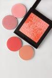 De verschillende schaduwen van roze blozen leggend op de lijst Stock Fotografie