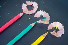 De verschillende spaanders van kleurenpotloden op donkere achtergrond Stock Fotografie