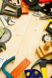 De verschillende werkende hulpmiddelen (nietmachine, houten hamer, zaag Stock Foto