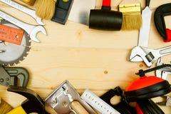De verschillende werkende hulpmiddelen (vliegtuig, zaag, houten hamer Royalty-vrije Stock Afbeelding