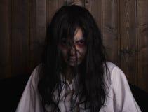 De verschrikking die van het Chostmeisje een witte nachtjapon dragen royalty-vrije stock afbeeldingen