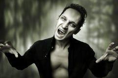 De verschrikkingsconcept van Halloween. mannelijke vampier Stock Fotografie