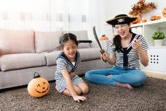 De verschrikkingsmoeder speelt het dodende spel met haar meisje Royalty-vrije Stock Foto