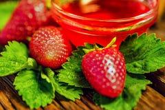 De verse aardbeien met bladeren en de jam sluiten Royalty-vrije Stock Fotografie