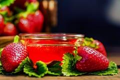 De verse aardbeien met bladeren en de jam sluiten Royalty-vrije Stock Foto