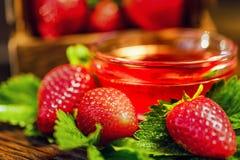 De verse aardbeien met bladeren en de jam sluiten Stock Fotografie