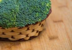De verse broccoli solated in mand op houten achtergrond Stock Afbeelding