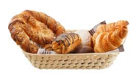 De verse broodjes zijn in een mand stock foto