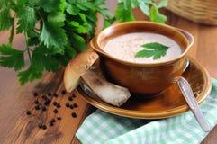 De verse champignonsoep van het stuiverbroodje met peterseliekruid Royalty-vrije Stock Foto