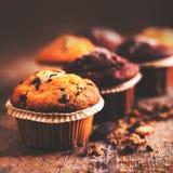 De verse Chocolade donkere muffins op houten lijst sluiten omhoog met exemplaar Royalty-vrije Stock Foto