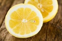De verse citroenhelften stock fotografie