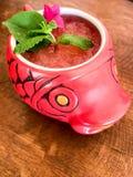 De verse cocktails van de de zomerwatermeloen in een vissenkom stock foto