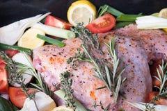 De verse die club van Turkije ` s met groenten op het fornuis worden voorbereid Stock Fotografie