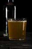 De verse donkere foto van het gemberbier op zwarte close-up als achtergrond Royalty-vrije Stock Foto