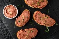 De verse eigengemaakte pastei van de kippenlever op brood stock foto's