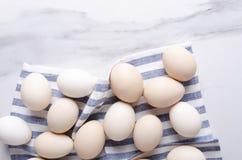 De verse en ruwe eieren op de keuken dienen alvorens heerlijke breakfastTopmening en lege ruimte voor uw tekst te koken in royalty-vrije stock afbeeldingen