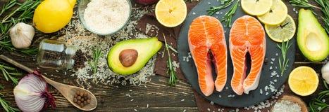 De verse forel van het vissenlapje vlees, zalm, zalm, rood visvlees Met ingrediënten en groenten op een houten achtergrond, vlak- stock afbeeldingen