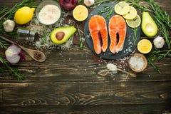 De verse forel van het vissenlapje vlees, zalm, zalm, rood visvlees Met ingrediënten en groenten op een houten achtergrond, vlak- royalty-vrije stock afbeelding