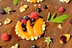 De verse framboos, de bes, de perzik op kernachtige wafel en de honing, sluiten omhoog Royalty-vrije Stock Foto's