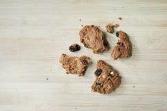 De verse gebakken eigengemaakte koekjes van de havermeelrozijn, stukken Royalty-vrije Stock Foto